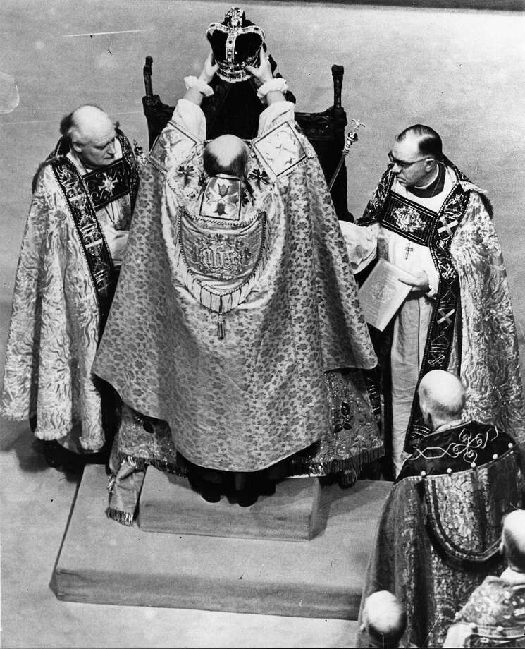 The crowning of Queen Elizabeth II at her Coronation in Westminster Abbey. Photo: Keystone, Getty Images / Hulton Royals Collection