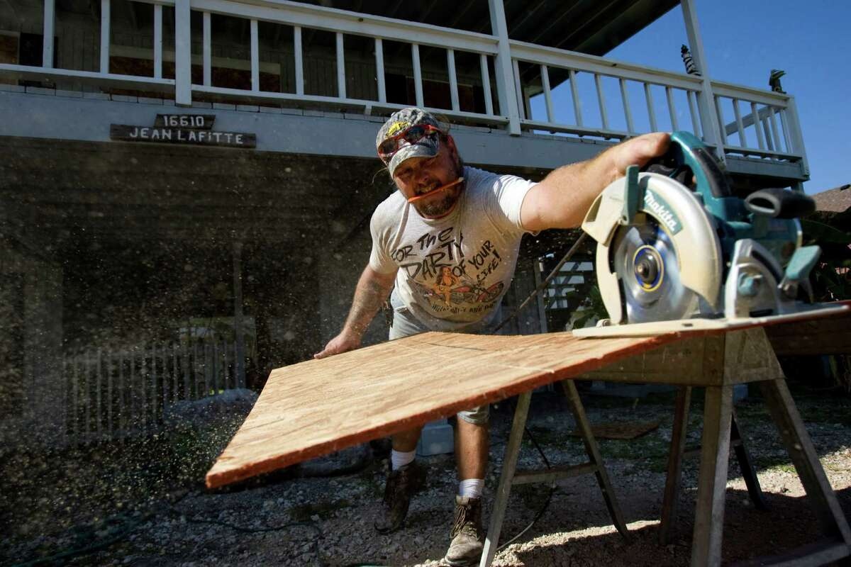 Robert Sawyer, cuts plywood to board up a home on Jamica Beach in preparation for Hurricane Ike, Wednesday, Sept. 10, 2008. ( Johnny Hanson / Chronicle )