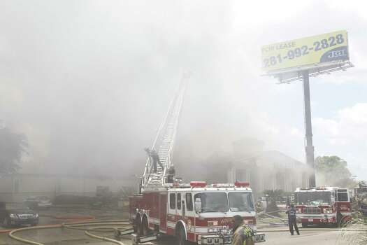 A fire shut down the Southwest Freeway Friday afternoon. Photo: Cody Duty / Houston Chronicle