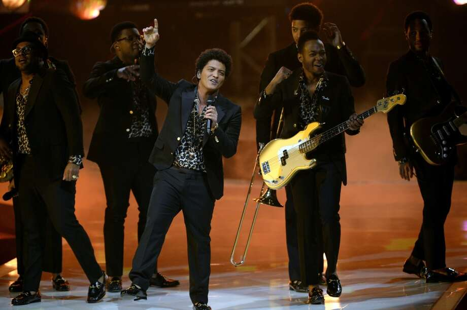 MANNHEIM, GERMANY - MAY 30: Artist Bruno Mars performs onstage during the final of 'Germany's Next Top Model by Heidi Klum ' TV show at SAP Arena on May 30, 2013 in Mannheim, Germany. Lovelyn Enebechi wins the top model crown.  (Photo by Thomas Lohnes/Getty Images)