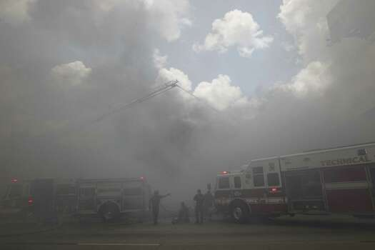 Smoke blanketed U.S. 59 after a 4-alarm fire on Friday afternoon. Photo: Cody Duty / Houston Chronicle