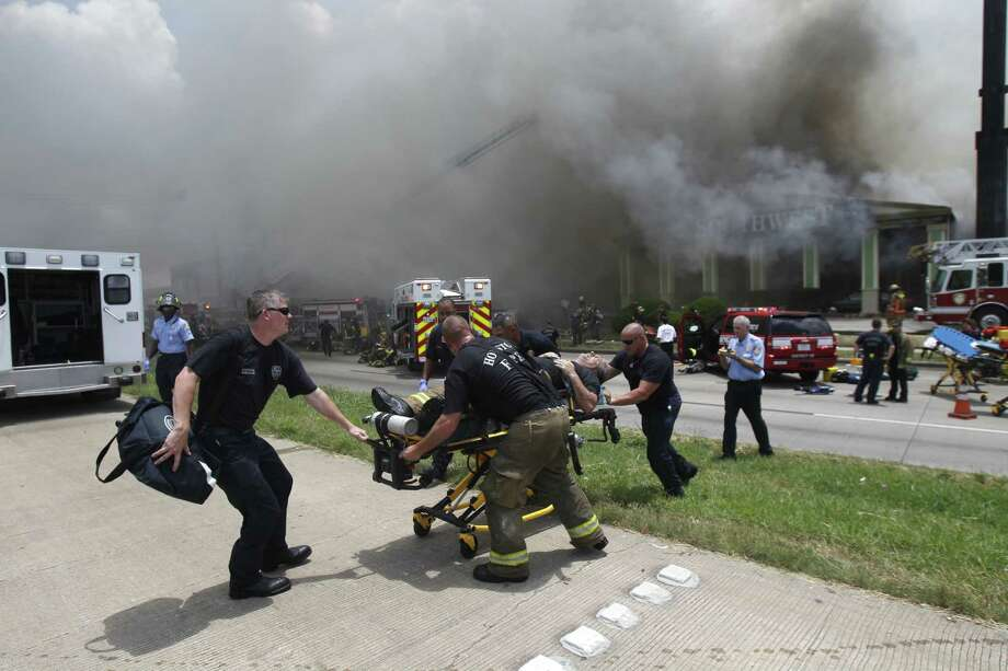 Smoke blanketed U.S. 59 after a 4-alarm fire Friday afternoon. Photo: Cody Duty / Houston Chronicle