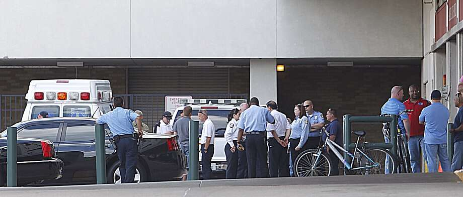 People gather outside Memorial Hermann. Photo: Johhny Hanson/ Houston Chronicle