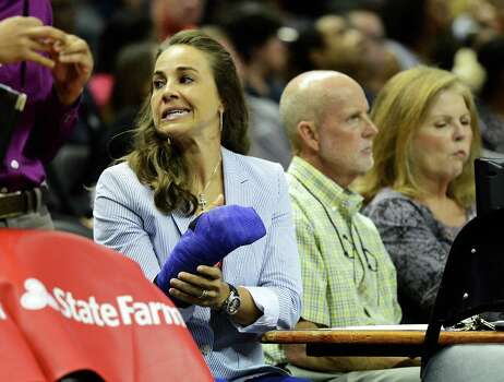 San Antonio Silver Stars' Becky Hammon sits behind the bench with her hand in a cast during a WNBA game at the AT&T Center. John Albright / Special to the Express-News Photo: JOHN ALBRIGHT, For The Express-News / www.johnalbrightpoto.com  ***