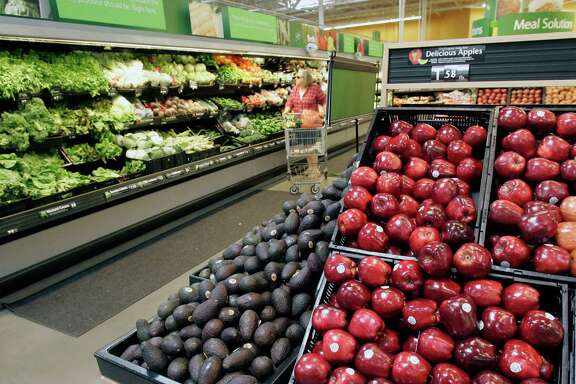 Wal-Mart Stores, the nation's largest grocer, is launching a produce-training program for workers to teach them how to better handle fruits and vegetables.