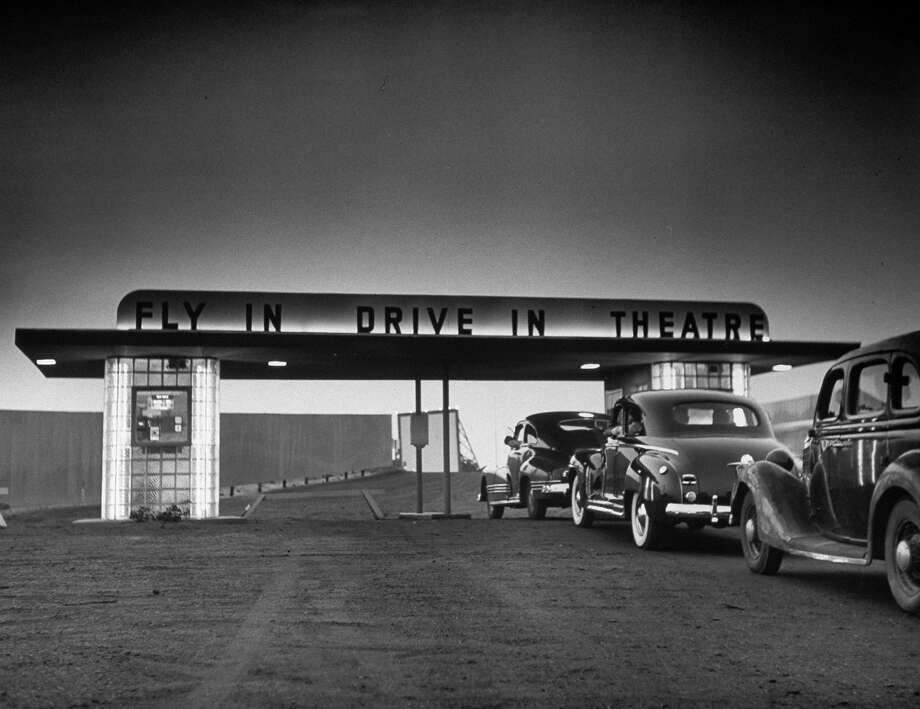 Customers arriving by car at the Fly-In Drive-In Theater in 1949. Photo: Martha Holmes, Time & Life Pictures/Getty Image / Time Life Pictures