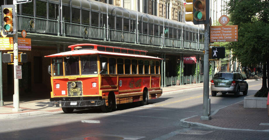 With local officials continuing to weigh the options — and costs — of a streetcar system in San Antonio, a reader advocates the continued use of trolleys over the more expensive streetcars. Photo: JIM BEAL JR., SAN ANTONIO EXPRESS-NEWS / JBEAL@EXPRESS-NEWS.NET