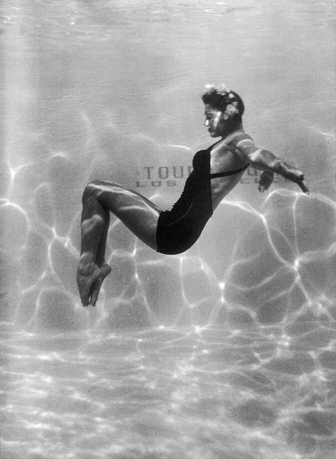 The Swimmer Esther Williams doing underwater acrobatics in 1945. Photo: Keystone-France, Gamma-Keystone Via Getty Images / 1945 Keystone-France