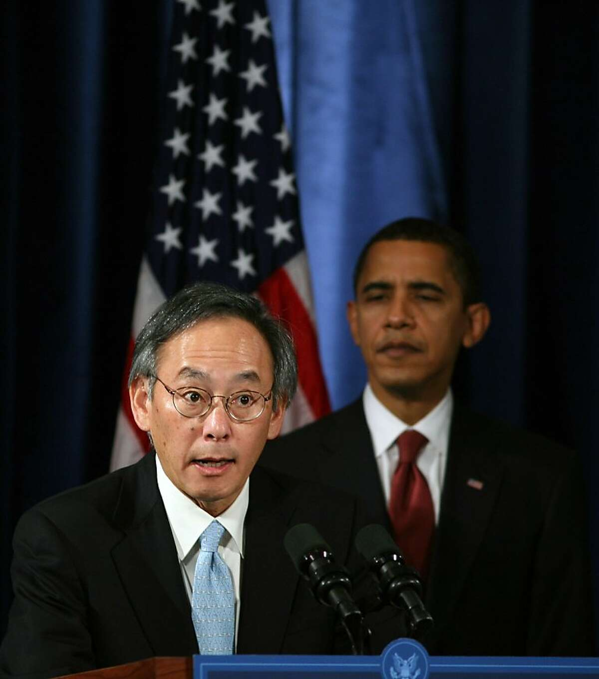 (NYT24) CHICAGO -- Dec. 22, 2008 -- SCI-BERKELEY-LAB -- President-elect Barack Obama looks on as Steven Chu, his choice to head the Energy Department, speaks at a news conference in Chicago on Dec. 15, 2008. For years, Chu has been unambiguous in stating that carbon dioxide emitted by cars, power plants and industry is a direct cause of global warming. (Ozier Muhammad/The New York Times)