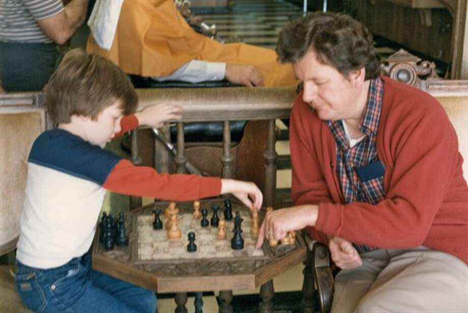 Some fathers and sons play chess together. Photo: Emaulbetsch