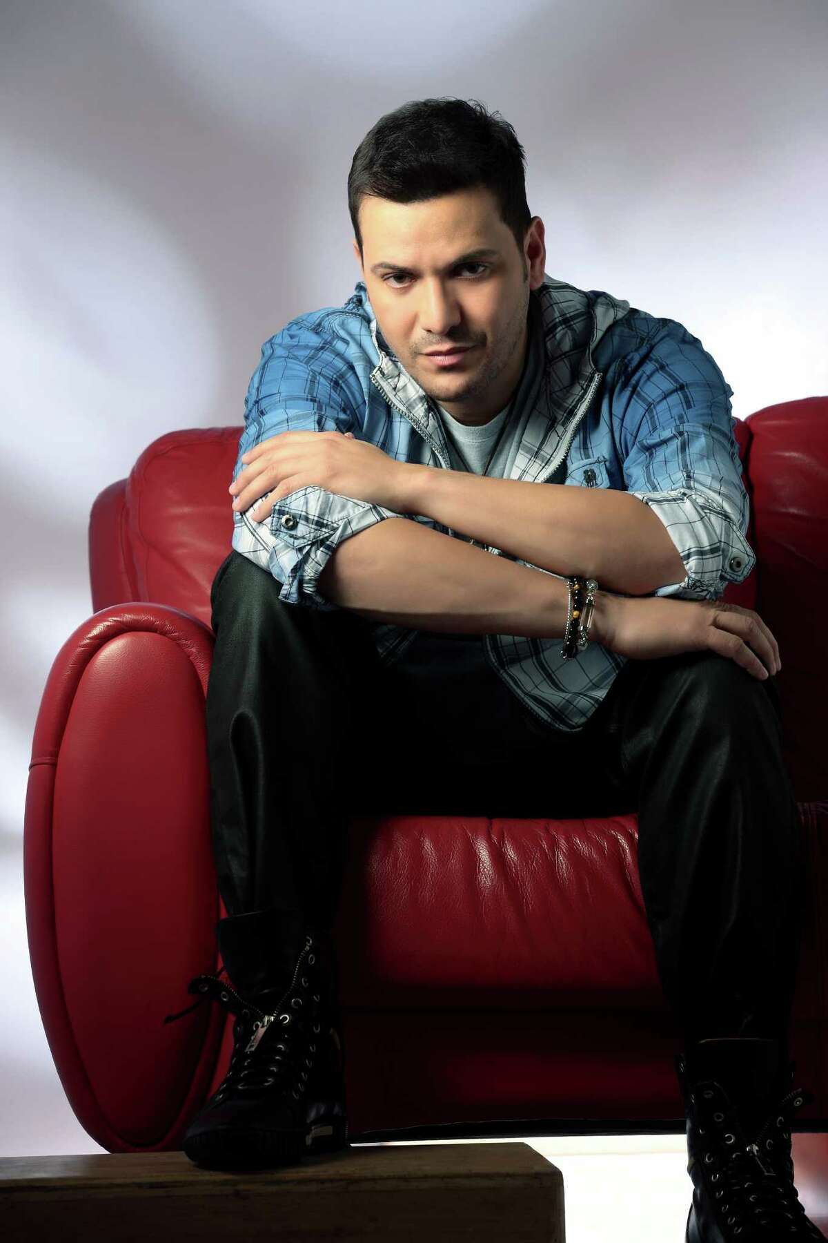 Victor Manuelle, November 4, 1968 in Bronx, New York, is a Puerto Rican American salsa singer.