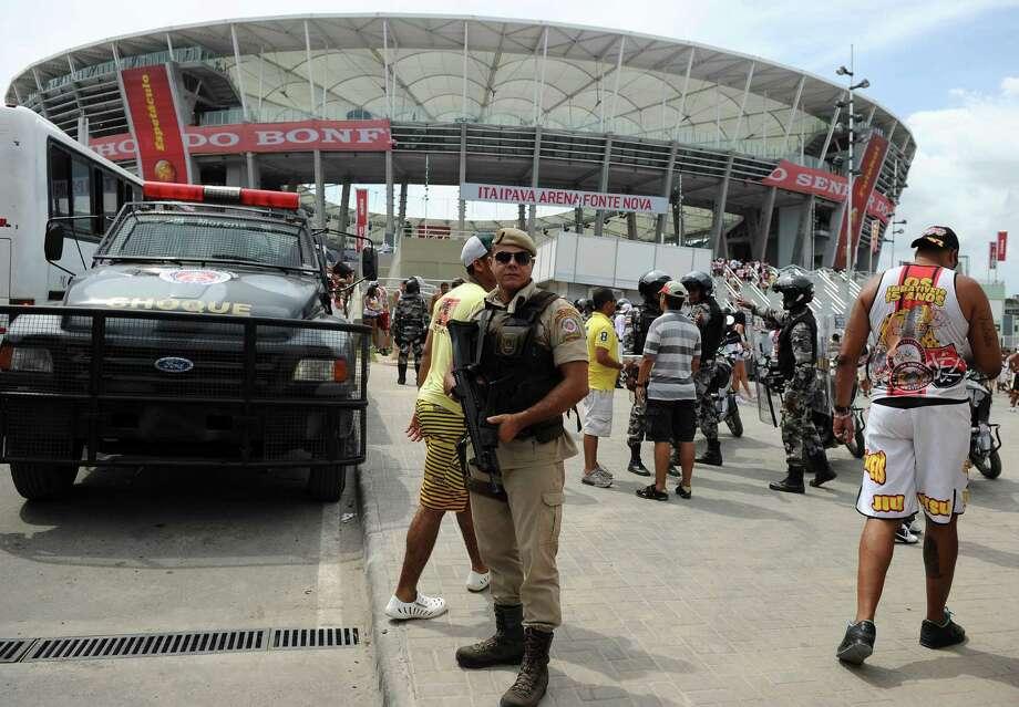 Una patrulla de policía está de guardia fuera de Arena Fonte Nova, en la ciudad de Salvador, Brasil, durante la inauguración del estadio en abril. Photo: Getty Images