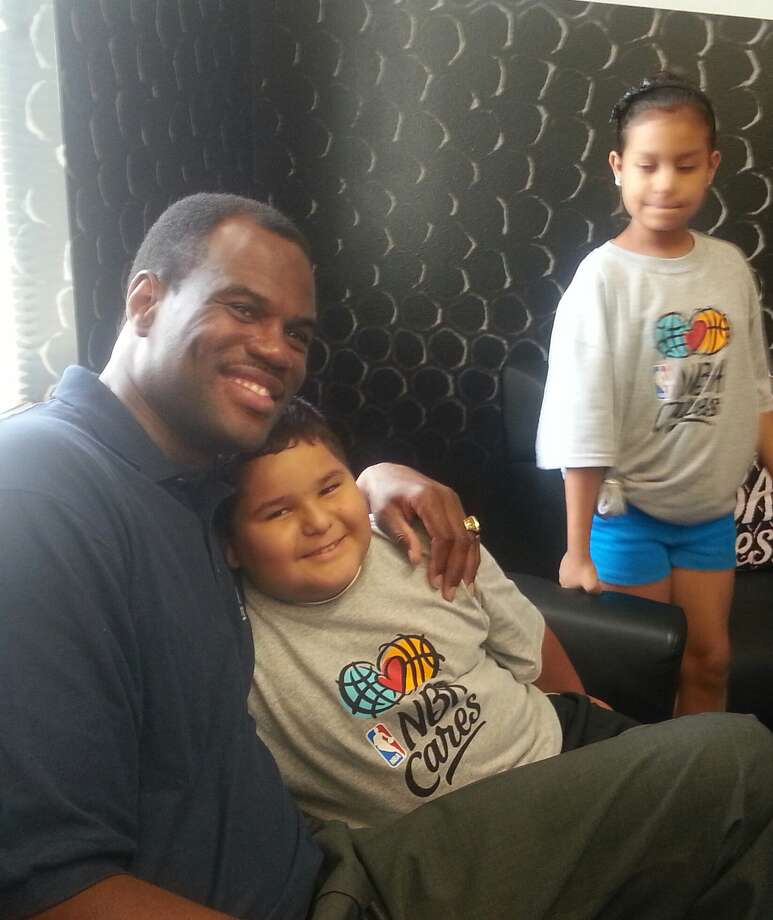 David Robinson poses for a photo with Wheatley students. Photo: Nora Lopez/Express-News