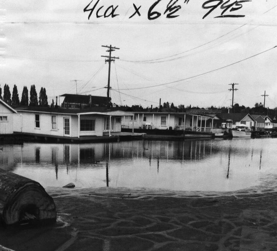 Portage Bay in the 1958, when houseboats tilted toward the mud during a hot, dry summer. (Photo: copyright MOHAI, Seattle Post-Intelligencer collection, 2000.107.4). Photo: -