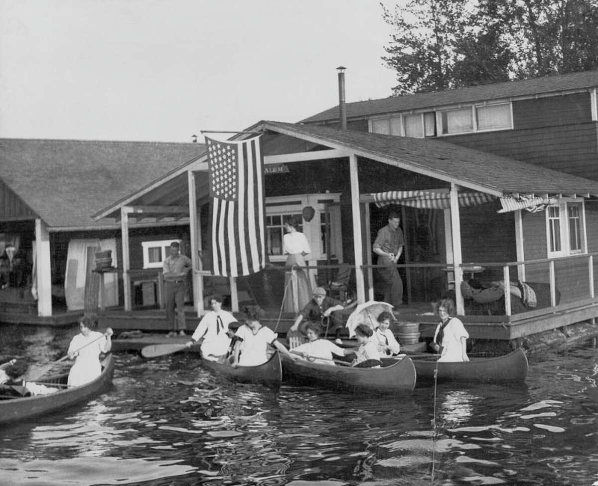 In the early 20th century, working-class houseboaters tended to live on Lake Union and along the Duwamish River. Richer people used houseboats on Lake Washington (pictured) as summer homes. (1910 photo: copyright MOHAI, shs9025).