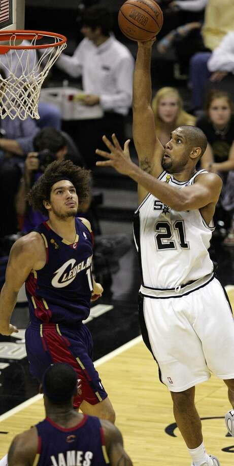 Spurs' forward Tim Duncan (21) gets set to dunk against Cavaliers forward LeBron James (23) and Cavaliers forward Anderson Varejao (17) during second half action in the NBA Finals Game 2 in San Antonio Sunday June 10, 2007. (JERRY LARA/STAFF)