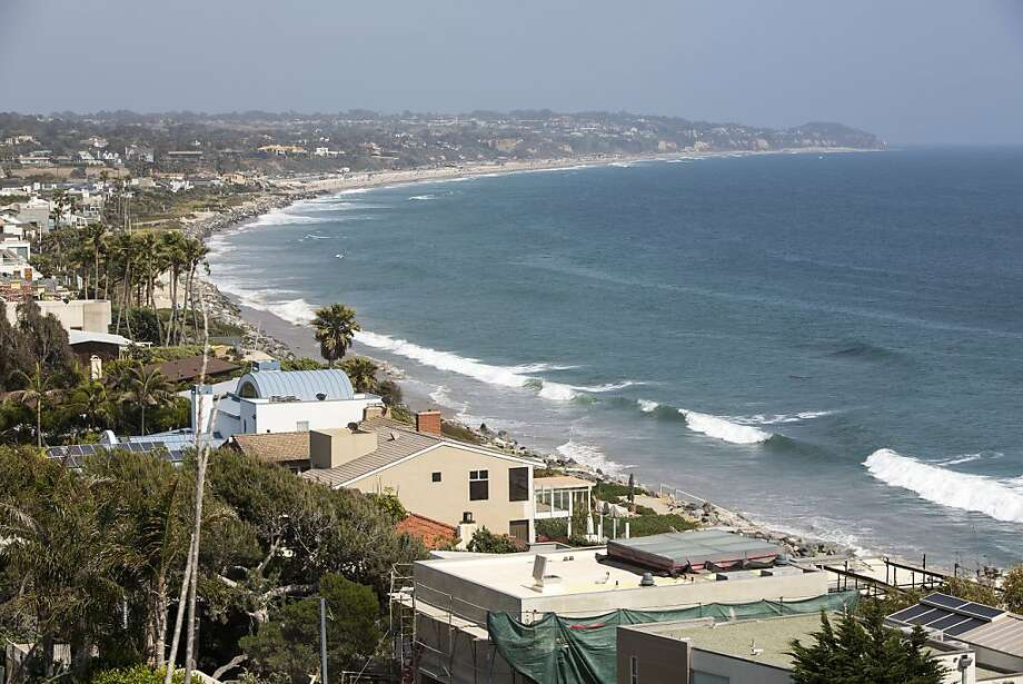An app is reigniting a beach-access battle in Los Angeles County's Malibu, where residents fear a new influx. Photo: Monica Almeida, New York Times