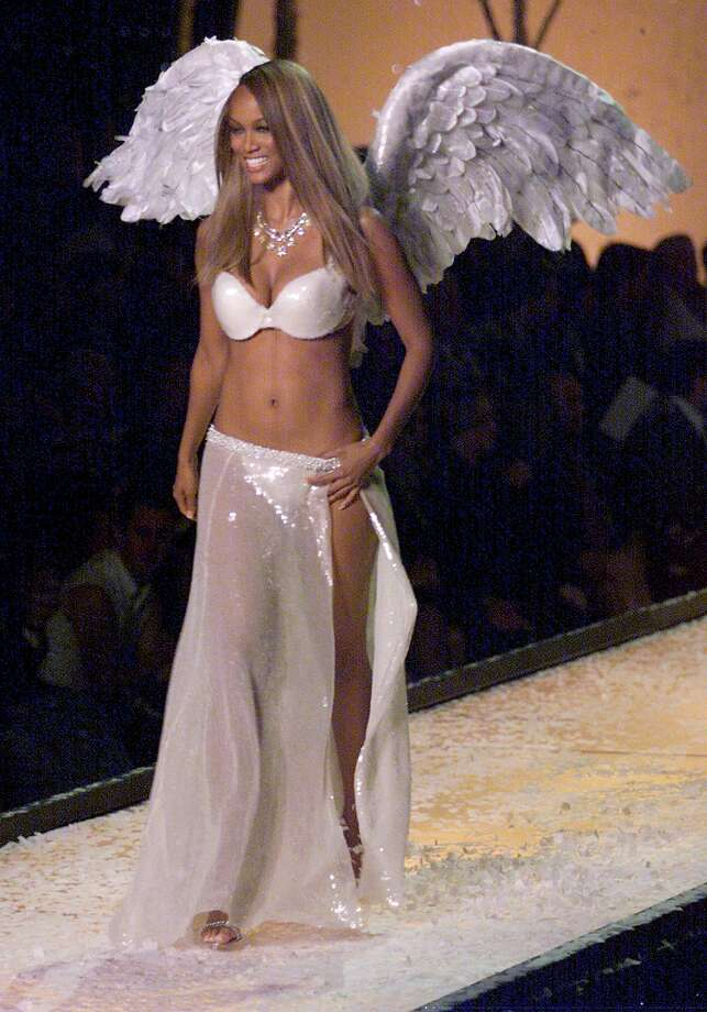 2001: Tyra Banks displays some of the underwear collection during the Victoria's Secret Fashion Show in Bryant Park 13 Movember 2001. The 7th Annual show kicks off the holiday season in New York. Photo: TIMOTHY A. CLARY, Getty Images / AFP