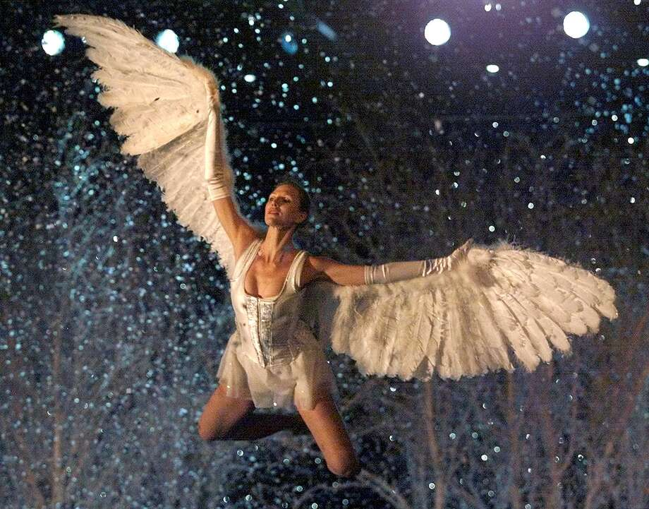 2001: A model dressed as a Angel enters the stage during the Victoria's Secret Fashion Show in Bryant Park 13 November 2001. Photo: TIMOTHY A. CLARY, Getty Images / AFP