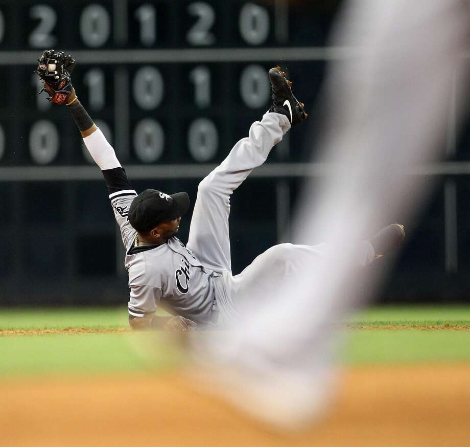 White Sox shortstop Alexei Ramirez (10) makes a catch on a ball hit by Astros left fielder Chris Carter.