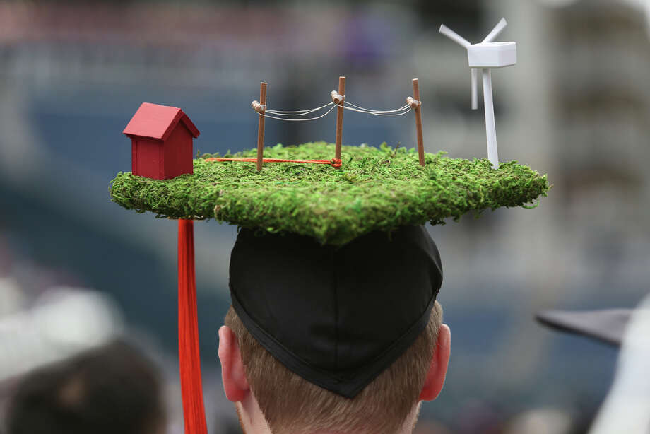 A student wears a model of a wind power generating station on his mortar board. Photo: JOSHUA TRUJILLO, SEATTLEPI.COM / SEATTLEPI.COM