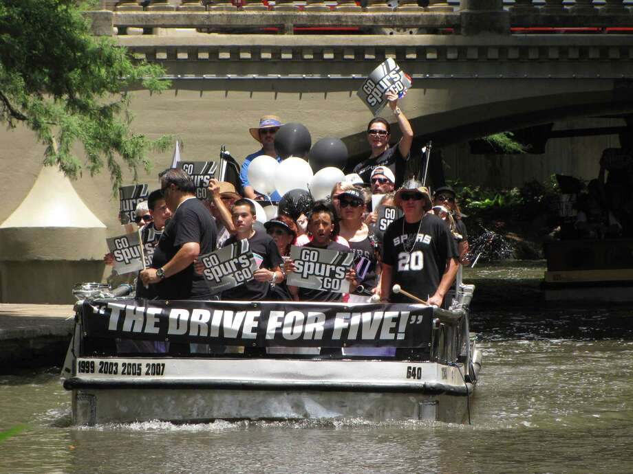 San Antonio Spurs fans packed two river barges Sunday afternoon in a pep rally for the hometown team. Photo: Eva Ruth Moravec, San Antonio Express-News / San Antonio Express-News