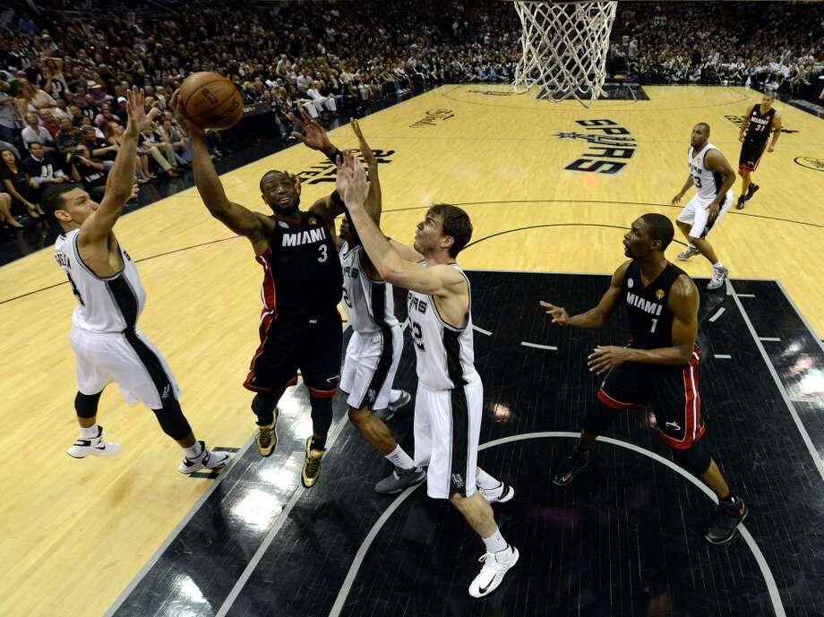 Dwyane Wade shoots over Tiago Splitter. Photo: Pool, Getty Images