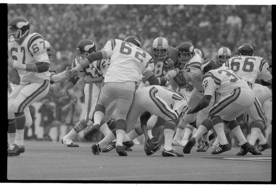 Vikings quarterbak Fran Tarkenton picked the ball up off the turf. Photo: Sam C. Pierson Jr., Houston Chronicle / Houston Chronicle