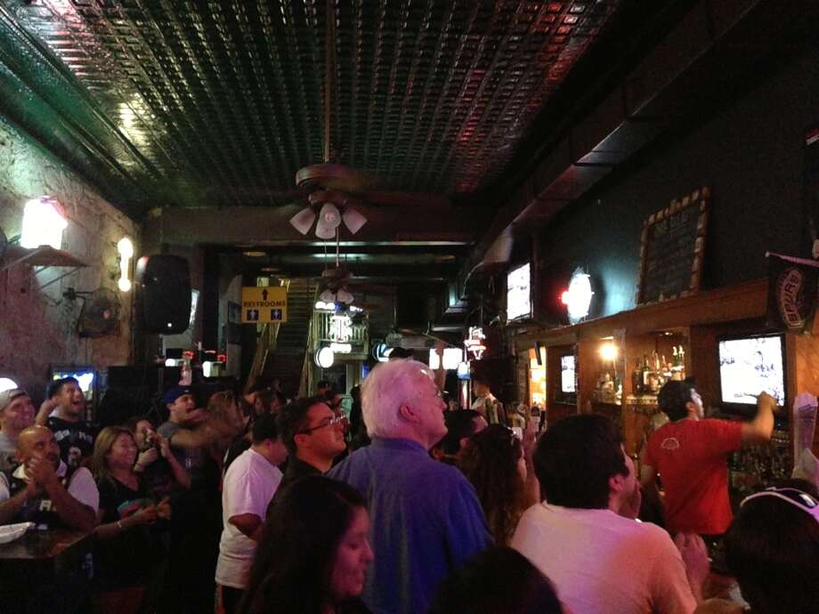 Spurs fans celebrate a Kawhi Leonard break away layup at Leapin' Lizard. Photo: Benjamin Olivo / MySA.com