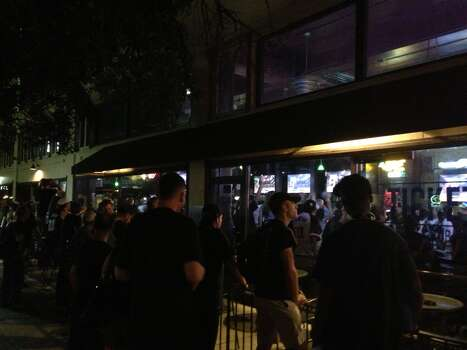 Fans are packed in and outside The Ticket sports bar downtown. Photo: Benjamin Olivo / MySA.com