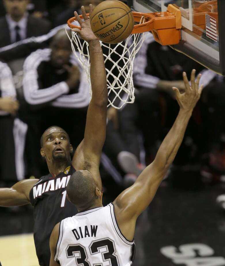 Chris Bosh blocks a shot by Boris Diaw.