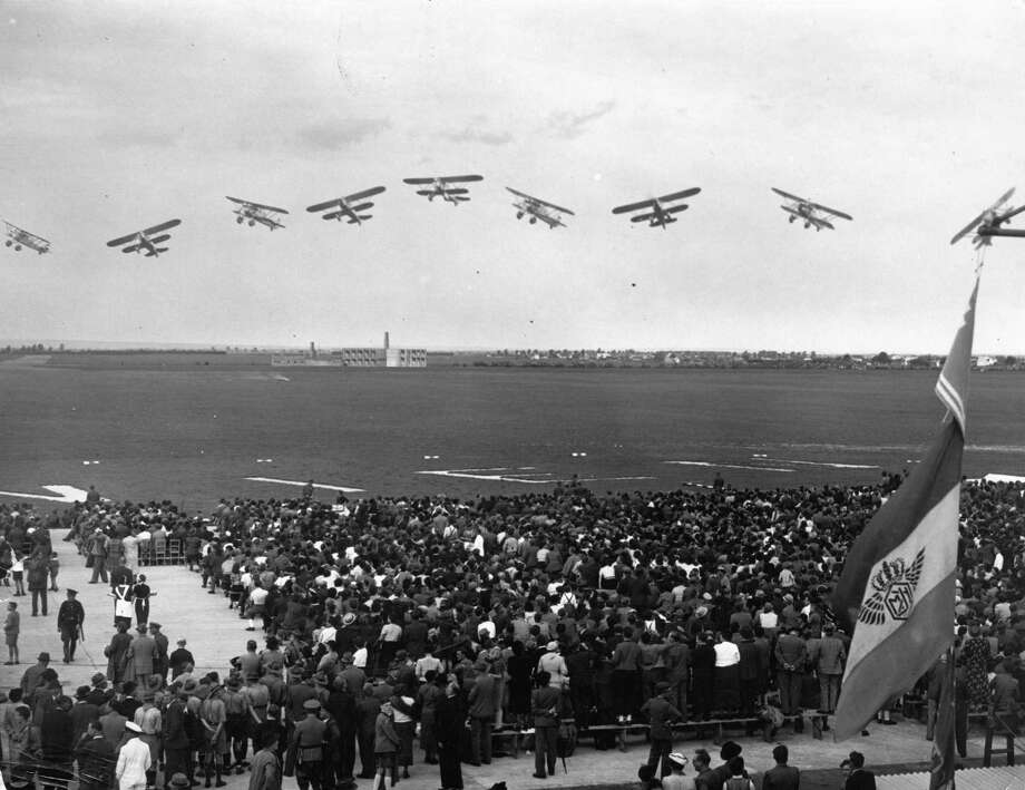 Airplanes perform at a military air show in Vienna on September 19, 1937. Photo: Imagno, Getty Images / Hulton Archive