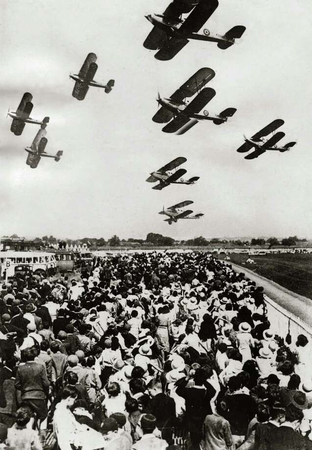 Airplanes put on a flying display during an air show in Hendon, England on June 29, 1935. Photo: Imagno, Getty Images / 2013 Imagno