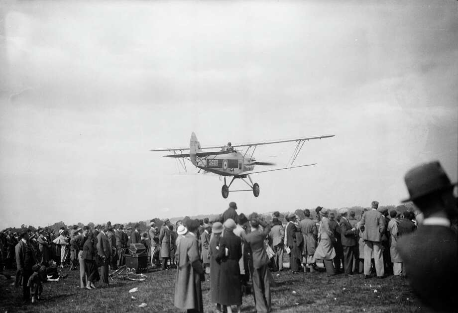 A low-flying Hawker Hart airplane puts on display at an airshow in Hendon, England, on May 25, 1935. Photo: London Express, Getty Images / Hulton Archive