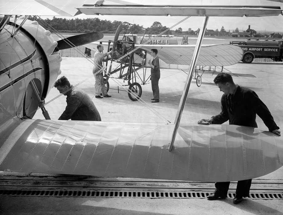 Mechanics inspect aircraft at the Daily Express Gatwick Airshow in 1938. Photo: London Express, Getty Images / Hulton Archive