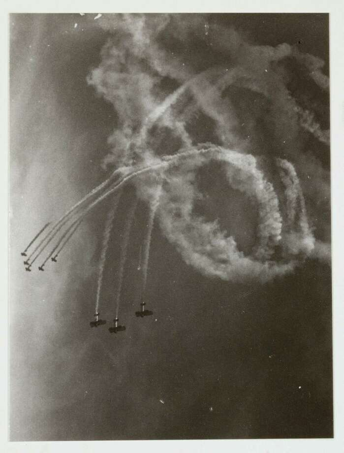 Biplanes trail smoke as part of an aerobatics display, circa 1935. Photo: Science & Society Picture Librar, SSPL Via Getty Images / Please read our licence terms. All digital images must be destroyed unless otherwise agreed in writing.