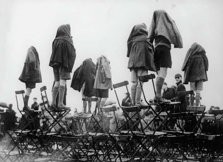 Spectators watch a British Royal Air Force show in  the rain in Hendon, England, in 1936. Photo: Imagno, Getty Images / 2010 Getty Images