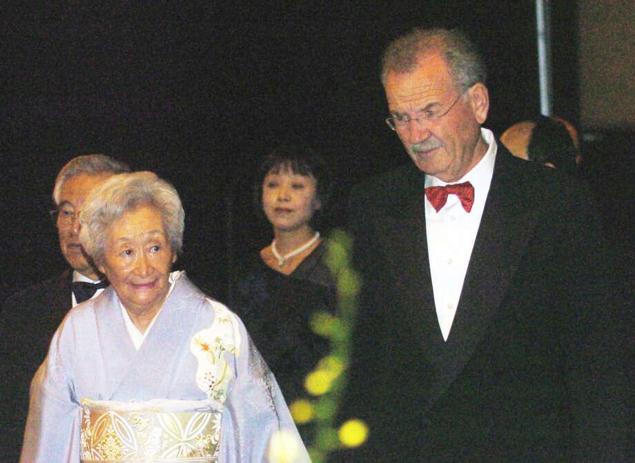 Naoko Shirane, senior advisor of the Texas-Japan Office (left) and then-San Antonio Mayor Phil Hardberger attend a gala in 2006. Photo: San Antonio Express-News File Photo