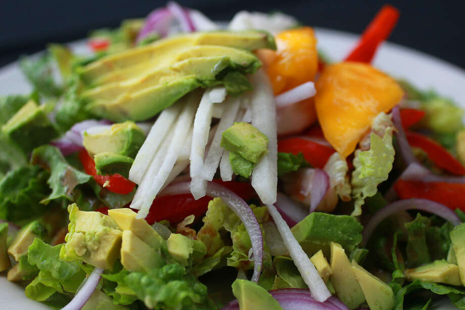 El Jarro de Arturo's Salad a la George is made of romaine, red bell pepper, red onion and jicama. Sweet mango and avocado add sweetness and creaminess. Photo: John Davenport / San Antonio Express-News