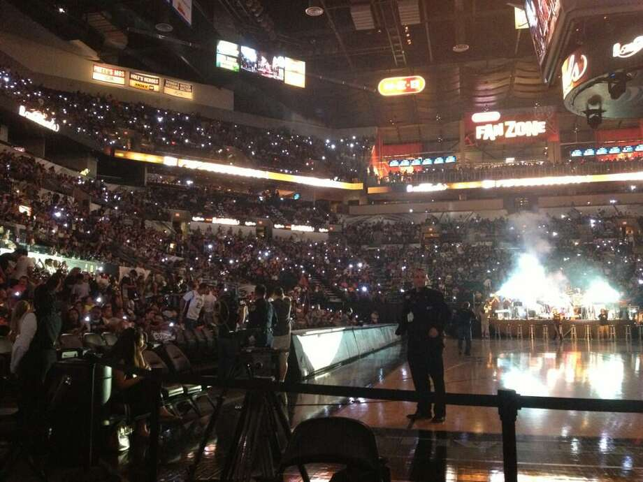 Spurs fans pack the AT&T Center for the Game 7 watch party. Photo: Michelle Casady / San Antonio Express-News