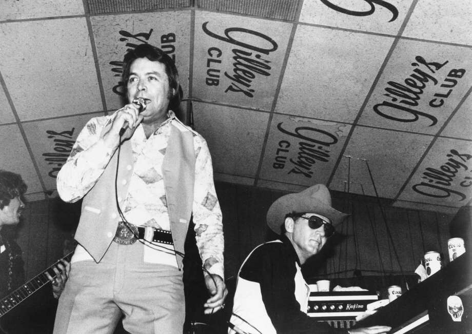 Singer and club owner Mickey Gilley performs with his cousin piano player Jerry Lee Lewis at Gilley's Club in Pasadena, Texas in circa 1975. Photo: Michael Ochs Archives / Michael Ochs Archives