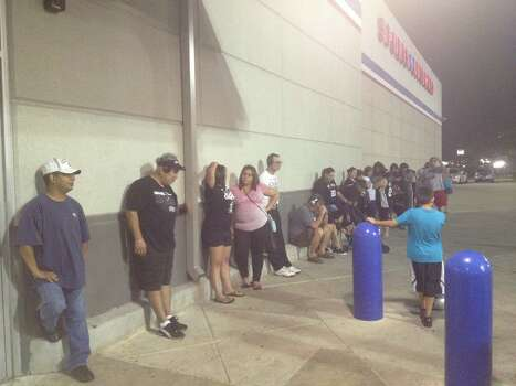The line grows but fans remain anxious outside of Academy at the end of the fourth quarter. Photo: Elise Brunsvold / San Antonio Express-News
