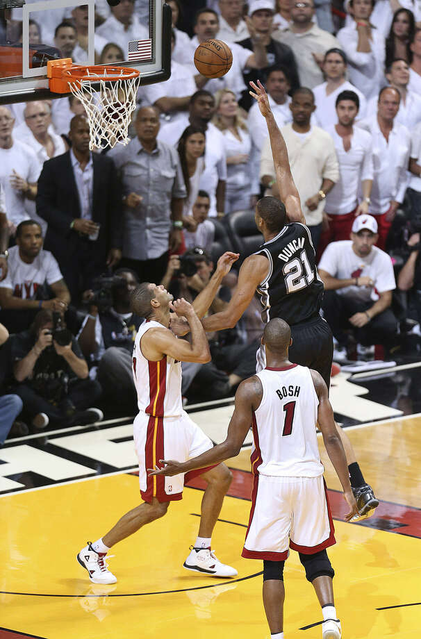 With the score 90-88, Tim Duncan misses a game-tying shot before missing a tip-in as Miami's Shane Battier defends. Photo: Jerry Lara / San Antonio Express-News