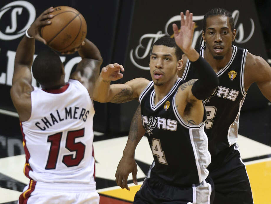 The Heat's Mario Chalmers pulls up for a jumper in front of the Spurs' Danny Green, who shot 1 for 12. Photo: Jerry Lara / San Antonio Express-News
