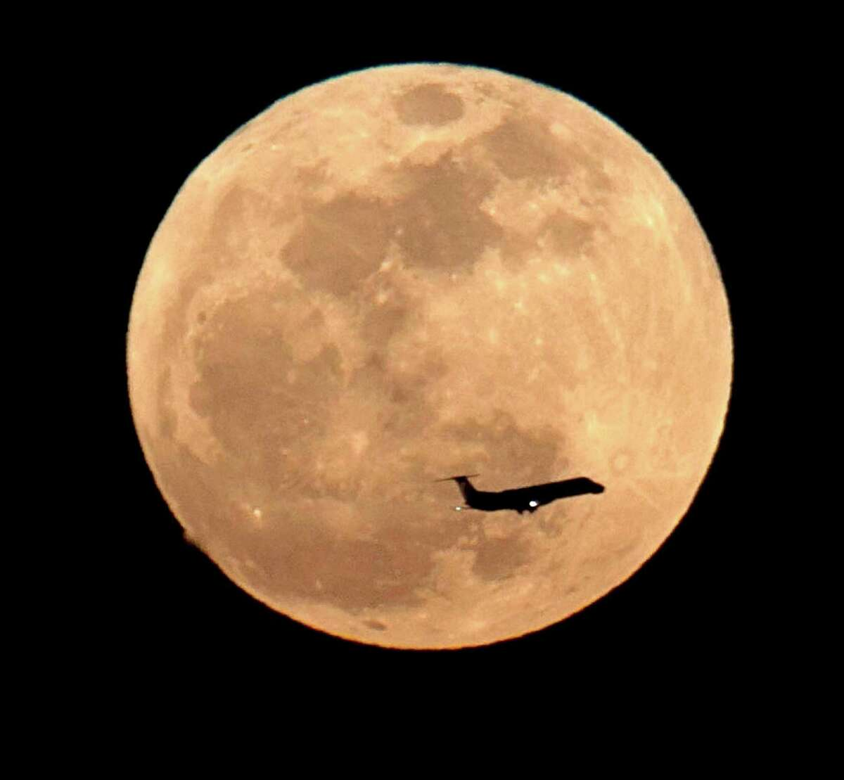 Another view of the supermoon in Los Angeles on May 5, 2012.  (Photo by David Hume Kennerly/Getty Images