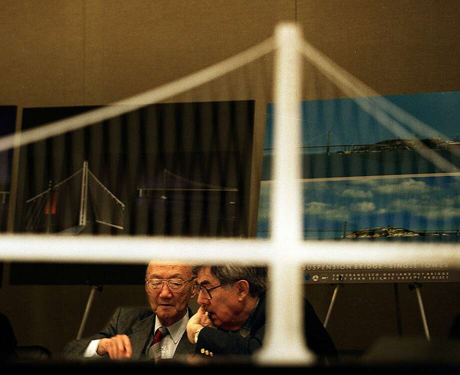 BAY BRIDGE CABLE SUSPENSION/29MAY98/MN/LI A model of the cable-suspension style Bay Bridge frames T.Y. LIN & ALEX SCORDELIS as they review both plans for final design. By Lance Iversen/San Francisco Chronicle  ALSO RAN:6/22/98, 11/16/2003, 11/19/2003 Photo: Lance Iversen, PHOTOG &S OURCE