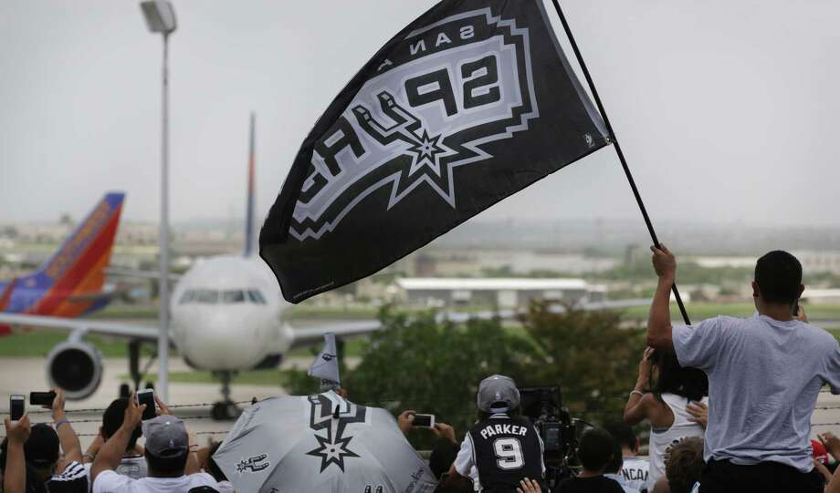 San Antonio Spurs arrive at the San Antonio International Airport to a large fan crowd on Friday, June, 21, 2013. Photo: Bob Owen, San Antonio Express-News / ©2013 San Antonio Express-News