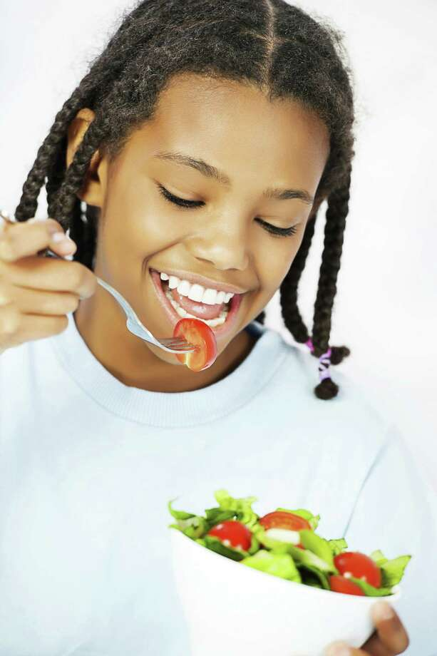 The young vegetarian can make her own simple dishes. Photo: Getty Images