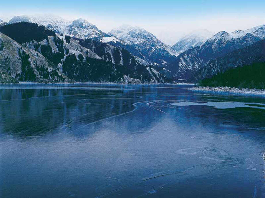Snow-capped mountains and crystalline rivers and lakes contrast with desert regions elsewhere in the Xianjing Tianshan World Heritage Site. Photo: Leading Group For Application Of WNH Of Xianjiang Uygur Autonomous Region / Leading Group for application of WNH of Xianjiang Uygur Autonomous Region