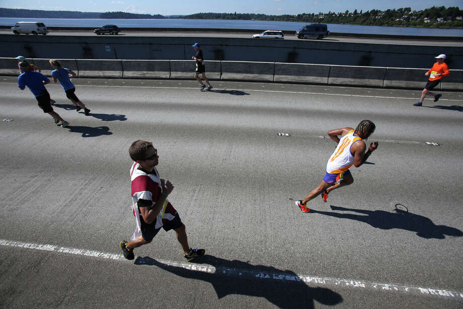 Runners cross the Interstate 90 floating bridge. Photo: JOSHUA TRUJILLO, SEATTLEPI.COM / SEATTLEPI.COM